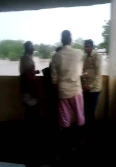 भीम सागर बांध का पानी छोड़ने से बिगड़े हालात, हिंगी आवासीय विद्यालय में स्टाफ समेत 35 लोग फंसे; सेना जुटी मदद में कोटा,Kota - Dainik Bhaskar