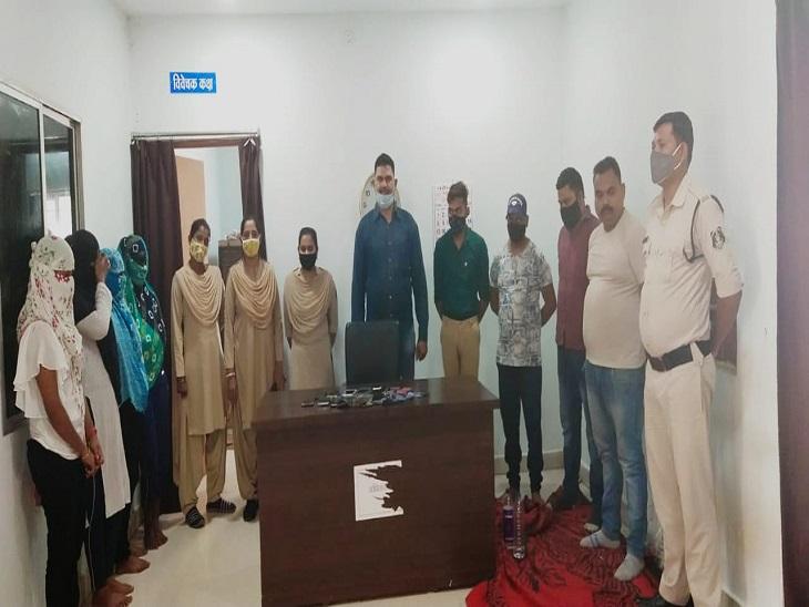 होटल में चल रहा था जिस्मफरोशी का धंधा, पुलिस ने दबिश दी तो महिला दलाल समेत 8 आरोपी पकड़े गए; आपत्तिजनक सामान और कैश बरामद|बिलासपुर,Bilaspur - Dainik Bhaskar