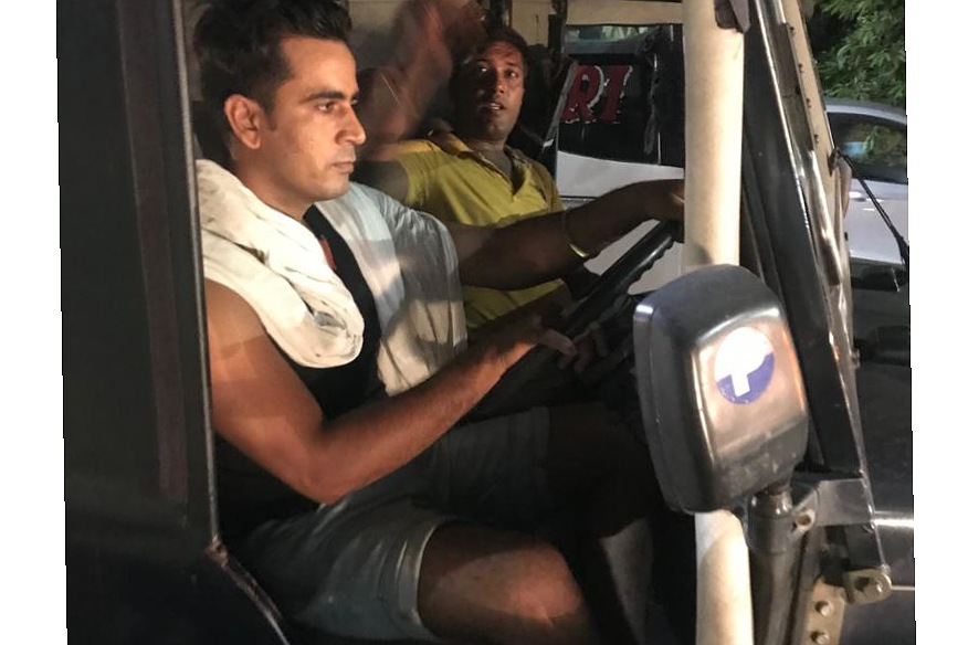 नेकर पहनकर सरकारी जीप दौड़ाते रहे 2 पुलिस वाले, राहगीरों से की बदसलूकी, एक्सपोर्टर ने टोका तो बोले- जिससे मन करे कर देना शिकायत|मुरादाबाद,Moradabad - Dainik Bhaskar