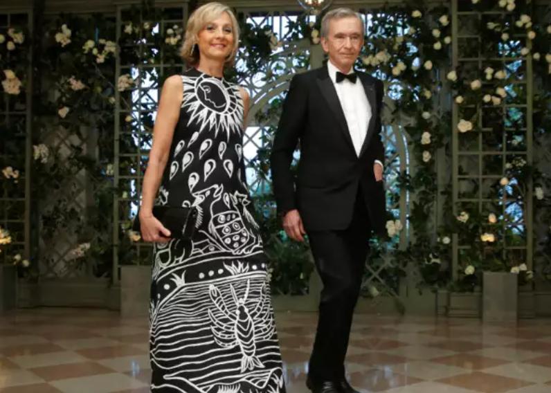 बर्नार्ड अरनॉल्ट ने दो शादियां की हैं। 1973 में उन्होंने एनी डेवावरिन से शादी की। इनसे दो बच्चे हुए- एंटोइनी और डेल्फीन। 1990 में दोनों अलग हो गए। 1991 में बर्नार्ड अरनॉल्ट ने हेलेन मर्सियर से शादी की। इनसे तीन बेटे हुए- एलेक्जेंडर, फ्रेडरिक और जीन।