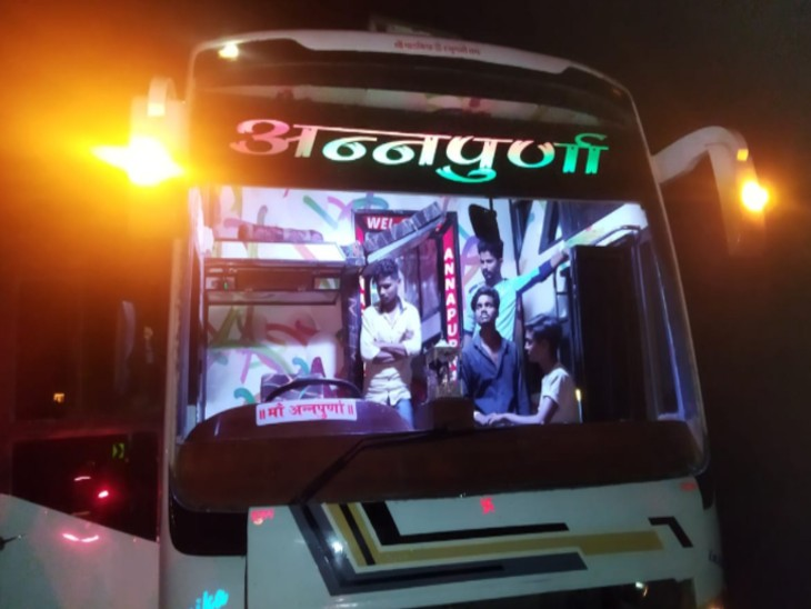 बदमाशों ने बस को रोका, पत्थर फेंक शीशे तोड़े, यात्रियों में दहशत फैलाकर हो गए फरार|डूंगरपुर,Dungarpur - Dainik Bhaskar
