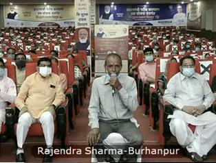 पीएम नरेंद्र मोदी से बात करते बुरहानपुर के ऑटो चालक राजेंद्र शर्मा।