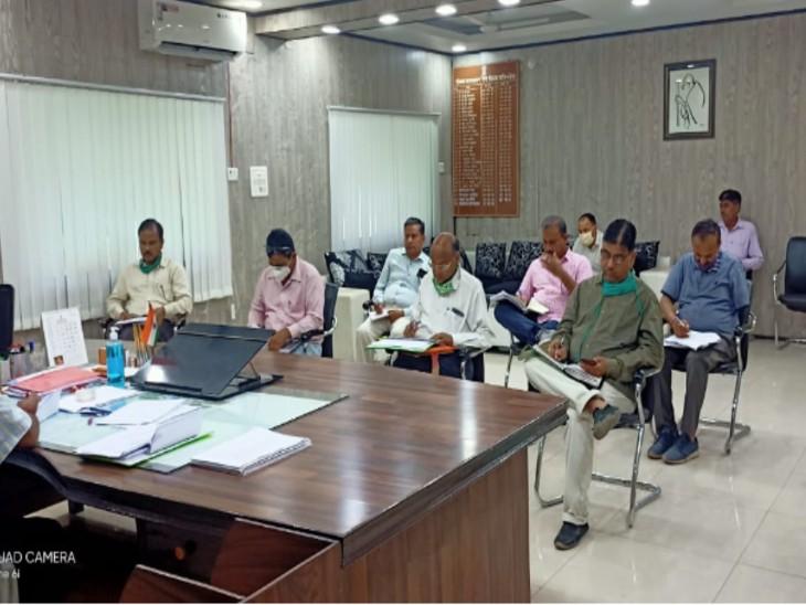 जिला स्तरीय अधिकारियों की बैठक लेते कलेक्टर। - Dainik Bhaskar