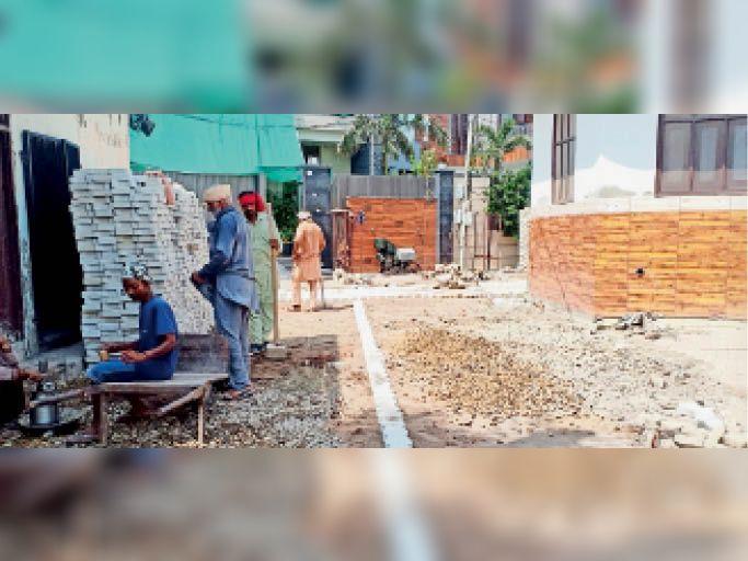 रूप नगर की गली में चल रहा इंटरलाॅकिंग टाइलें लगाने का काम। - Dainik Bhaskar