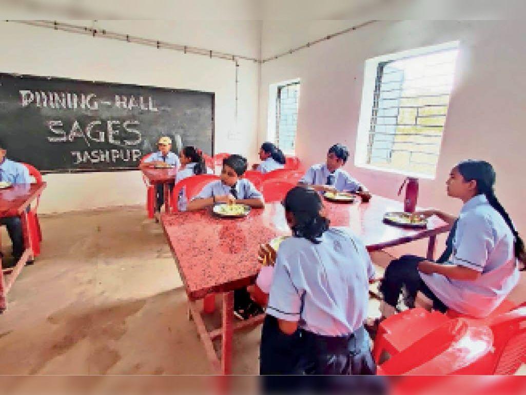 अंग्रेजी माध्यम विद्यालय की तस्वीर - Dainik Bhaskar