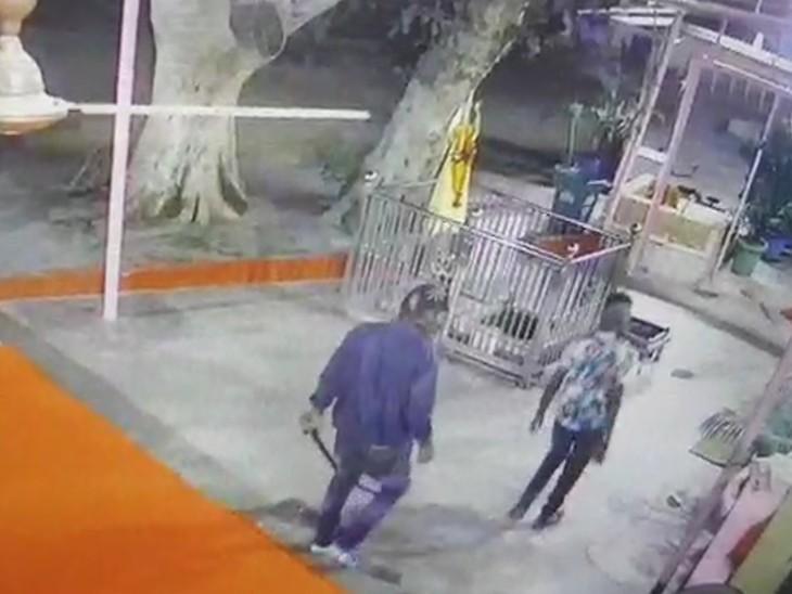 मंदिर में धारदार हथियार लेकर घुसे चोर, सीसीटीवी फुटेज हुई वायरल, लोगों ने आक्रोश व्याप्त|सिरोही,Sirohi - Dainik Bhaskar