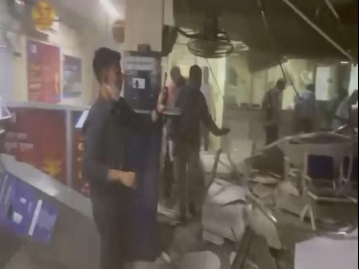 सीलिंग गिरने के बाद बैंक कर्मियों ने लोगों को शाखा से बाहर निकाला।