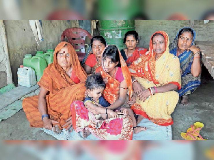 शनिवार को मृत के घर बैठे गमगीन परिजन और नाबोध बच्चे को गोद लिए बदहवास पत्नी। - Dainik Bhaskar