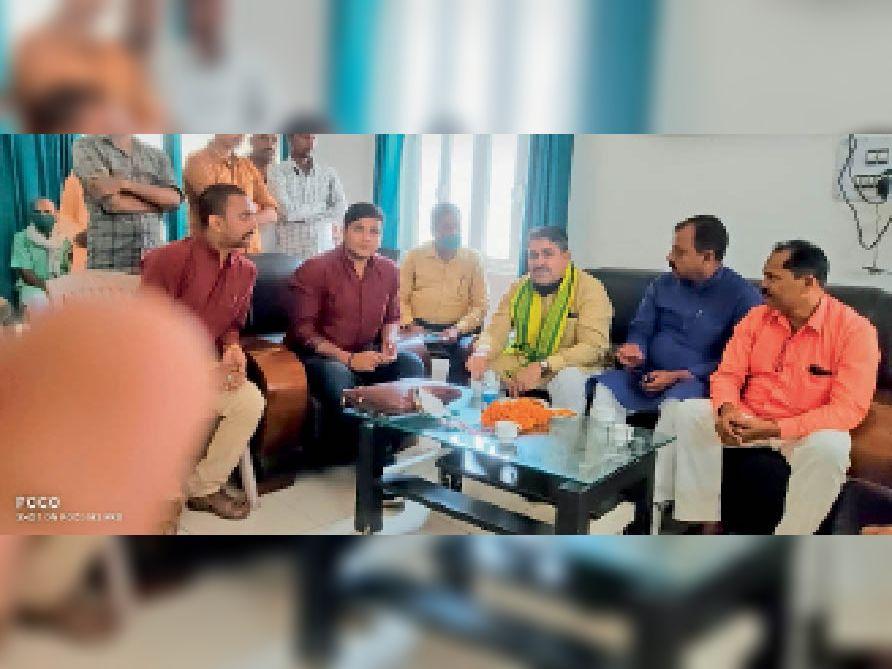 कोसी आईबी भपटियाही में प्रेस वार्ता करते भूमि सुधार एवं राजस्व मंत्री रामसूरत राय। - Dainik Bhaskar