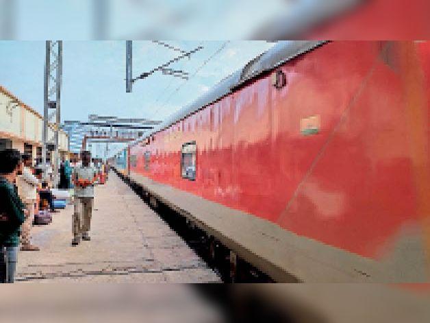 रेलवे स्टेशन पर यात्री। - Dainik Bhaskar