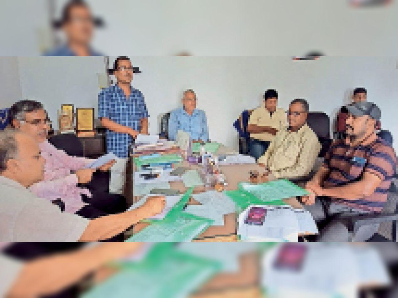 गढ़वा जिला टेबल टेनिस एसोसिएशन की वार्षिक बैठक में उपस्थित पदाधिकारी। - Dainik Bhaskar