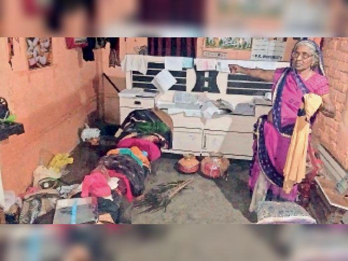 रशीद काॅलोनी में लोगों के पास खाने-पीने के साथ कपड़ों की भी समस्या हो गई। - Dainik Bhaskar