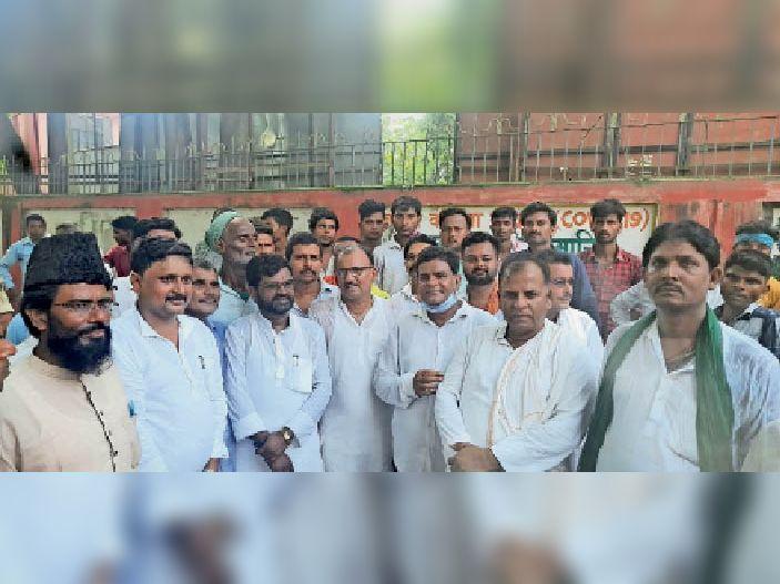शनिवार को विरोध-प्रदर्शन के दौरान मौजूद राजद विधायक, जिलाध्यक्ष और अन्य। - Dainik Bhaskar