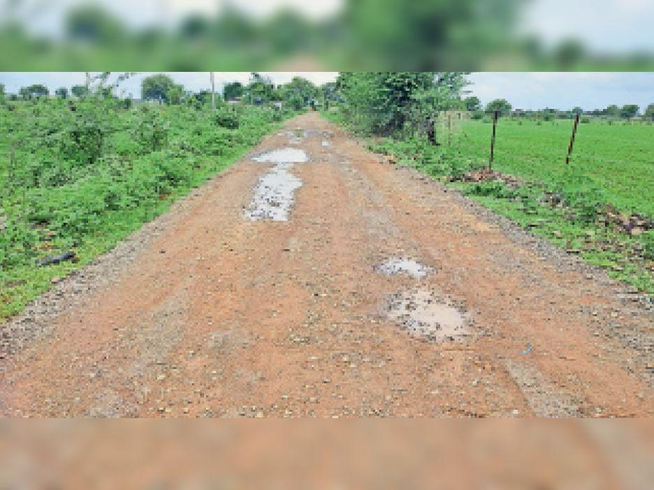 रेलवे स्टेशन के जर्जर रोड पर बाइक फिसलने से हो रही दुर्घटनाएं, बारिश में लाेगाें काे करना पड़ा परेशानी का सामना। - Dainik Bhaskar