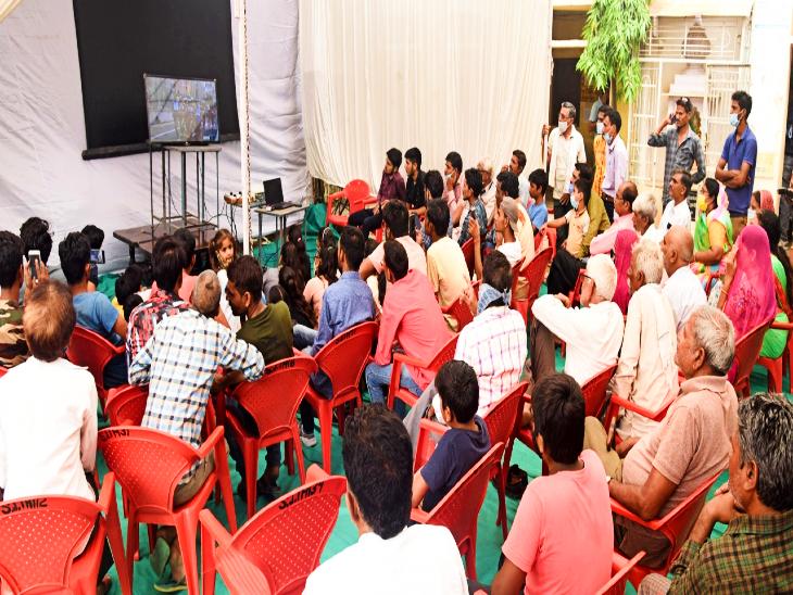 परिवार के साथ ग्रामीणों की भीड़ ने एक साथ बैठ देखी भावना की ब्रिक्स वॉक।