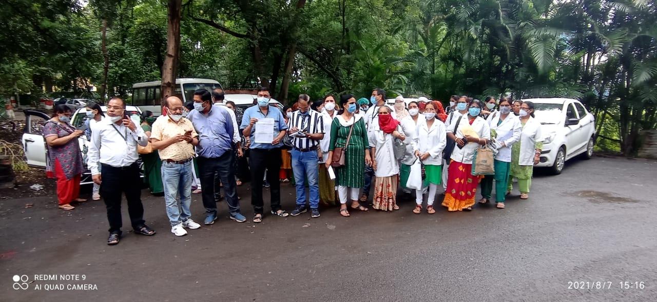 सीएमएचओ कार्यालय के बाहर प्रदर्शन करने पहुंची एएनएम - Dainik Bhaskar