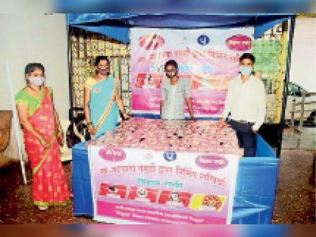 महिला समूह की ओर से राखियां भी बेची जा रही। - Dainik Bhaskar