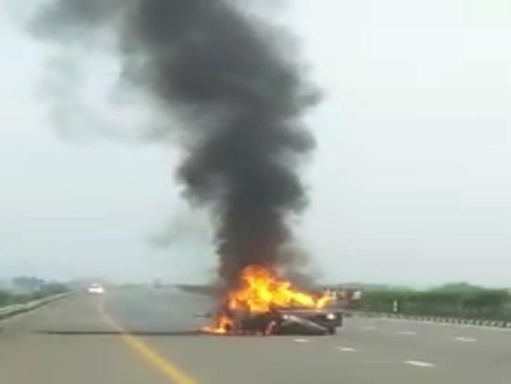 झपकी आने से कार डिवाइडर से टकरा गई, परिवार के 3 लोगों ने चलती कार से कूदकर बचाई जान, गाड़ी में रखा सामान भी राख हो गया|फिरोजाबाद,Firozabad - Dainik Bhaskar