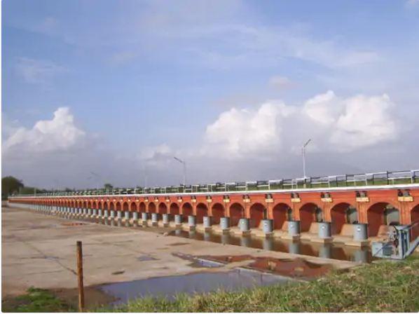 राज्य में अधिकांश जलाशय खाली हैं। सुरेंद्रनगर के 11 बांधों में सिर्फ 17 फीसदी पानी है।