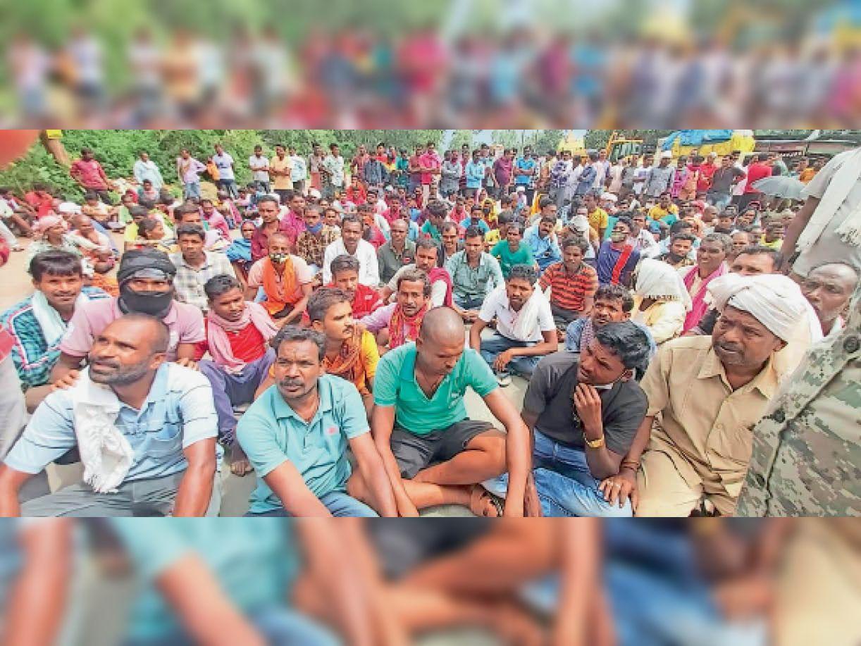 फरसगांव। बोरगांव सहकारी समिति खाद नहीं मिलने नाराज किसान नेताजी चौक पर पहुंचे और एनएच-30 पर बैठकर प्रदर्शन करने लगे। - Dainik Bhaskar