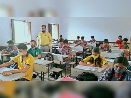 केंद्रीय विद्यालय में क्लास करते बच्चे। - Dainik Bhaskar