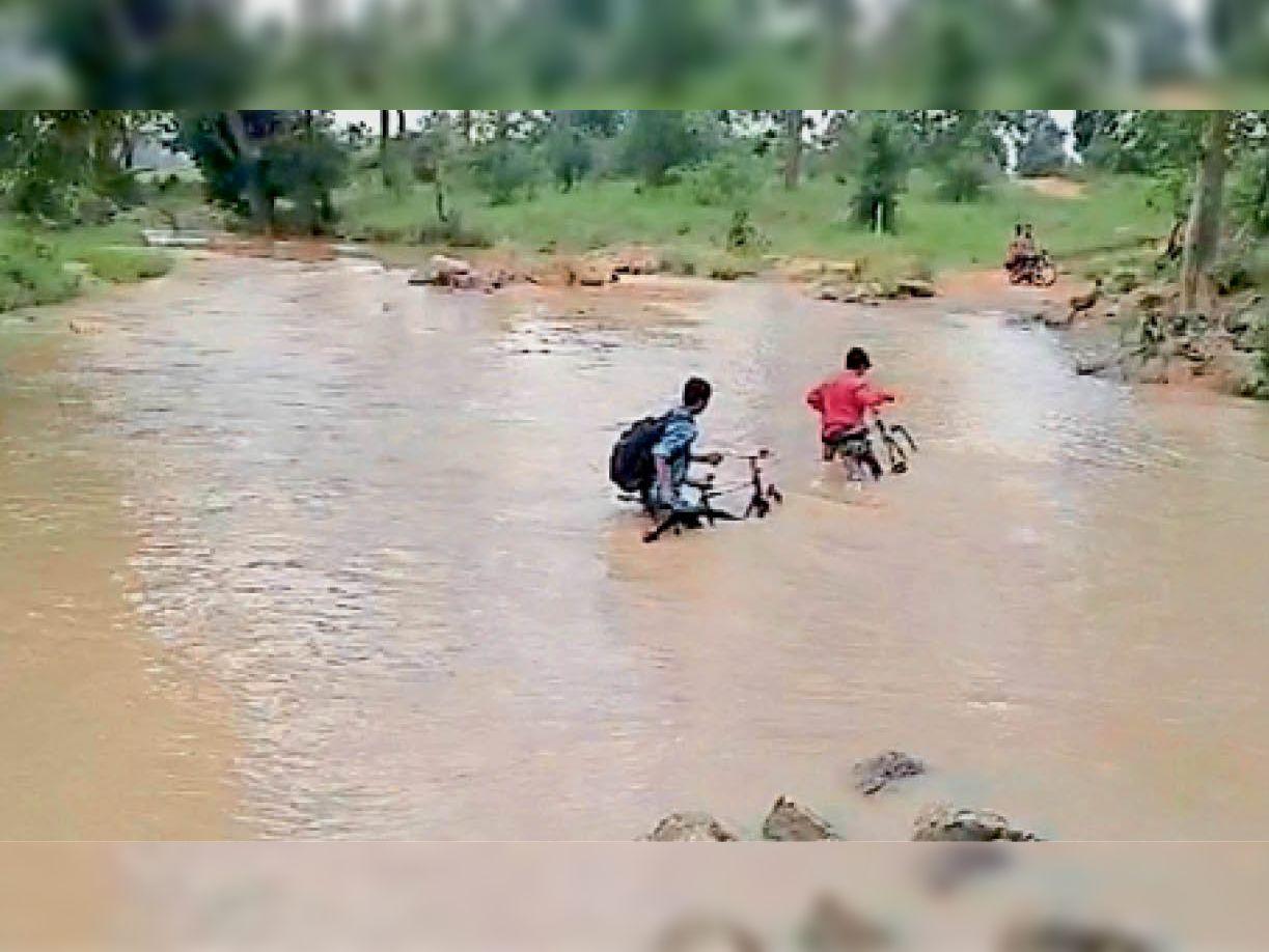 संगम। कोयलीबेड़ा ब्लॉक के अंदरुनी गांव में स्कूली बच्चे इस तरह खतरा मोल लेकर करते हैं नदी पार। - Dainik Bhaskar