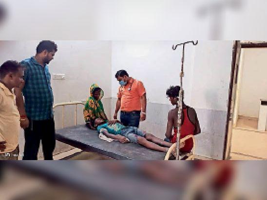 सीएचसी में इलाजरत बालक। - Dainik Bhaskar