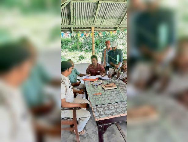 भीमपुर थाना में दस्तावेज जांच करते थानाध्यक्ष व राजस्व कर्मचारी। - Dainik Bhaskar