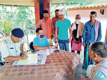 बलवाहाट ओपी में सीओ और ओपी अध्यक्ष कर रहे सुनवाई। - Dainik Bhaskar