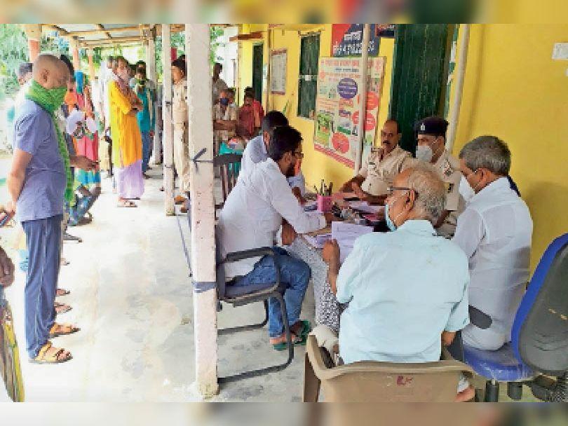 श्रीनगर थाने में आयोजित जनता दरबार में फरियाद सुनते सीओ व थानाध्यक्ष। - Dainik Bhaskar