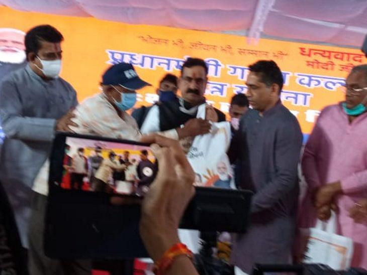 गृहमंत्री ने अन्नाज का वितरण भी किया।