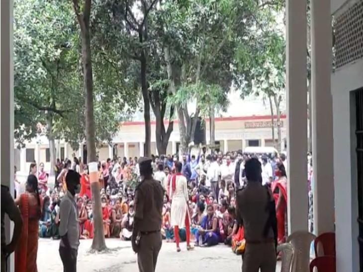 पेपर का बायकॉट कर छात्र-छात्राओं ने परीक्षा केंद्र में धरना देकर कॉलेज प्रशासन के खिलाफ नारेबाजी की। - Dainik Bhaskar