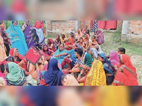 घटना के बाद रोते-बिलखते परिजन और मौजूद गांव के लोग। - Dainik Bhaskar
