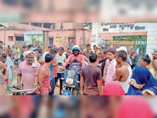 टारी में टीकाकरण का काम बंद होने के बाद स्कूल से निकलती भीड़ - Dainik Bhaskar