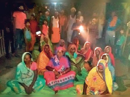 रात्रि चौपाल कार्यक्रम में हटबरिया महादलित टोला में उपस्थित महिलाएं। - Dainik Bhaskar