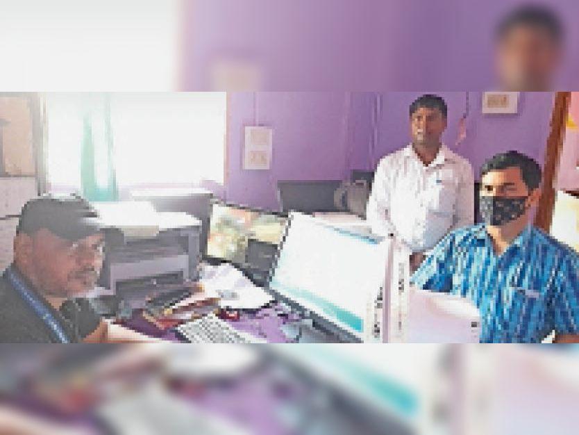 किसानों का केसीसी लोन फॉर्म सबमिट कराते बीडीओ। - Dainik Bhaskar