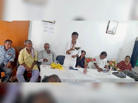 आम सभा के दौरान उपस्थित मुखिया व अन्य। - Dainik Bhaskar
