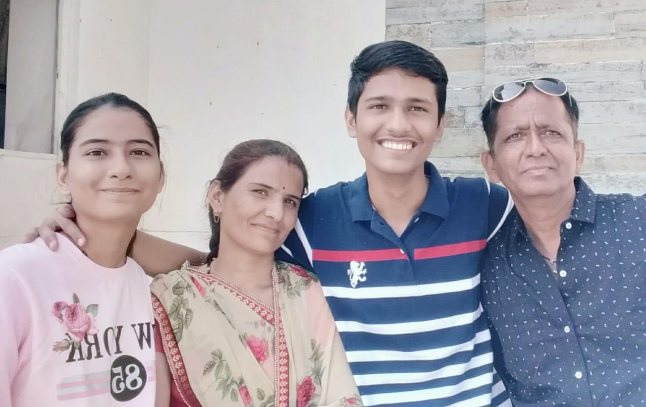 परिवार के साथ खुशियां मनाते हुए हर्ष सुखवाल।