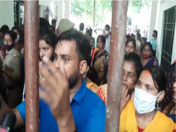 परीक्षा केंद्र के गेट पर खड़े होकर छात्र-छात्राओं ने की नारेबाजी।