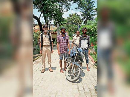 राघोपुर थाना में चोरी की बाइक के साथ गिरफ्तार चोर। - Dainik Bhaskar