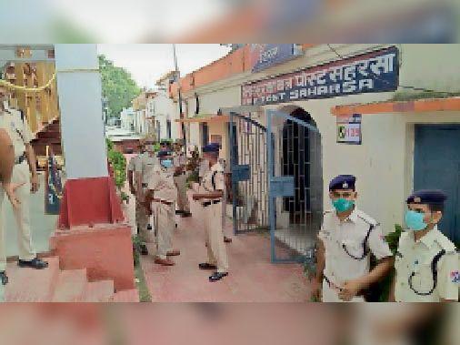 स्थानीय रेलवे स्टेशन का निरीक्षण करते आरपीएफ कमांडेन्ट। - Dainik Bhaskar