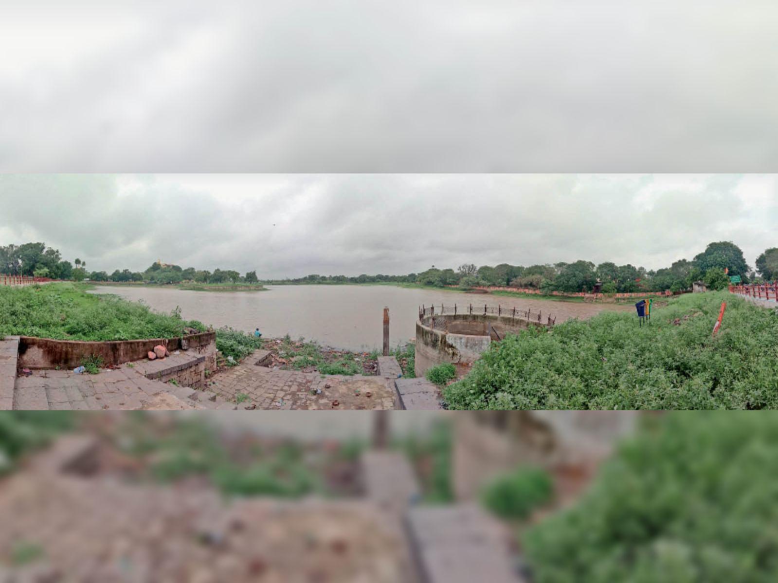 शहर के देवीसागर तालाब में पानी की आवक नहीं हाेने से घाट व किनारे दिखने लगे। - Dainik Bhaskar