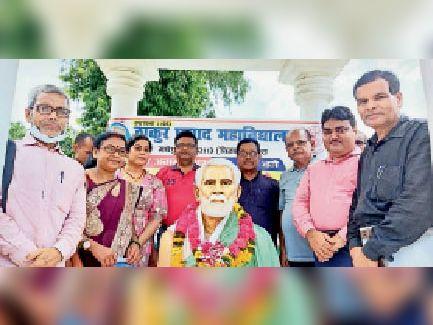 माल्यार्पण के दौरान प्राचार्य व अन्य शिक्षक-शिक्षिकाएं। - Dainik Bhaskar