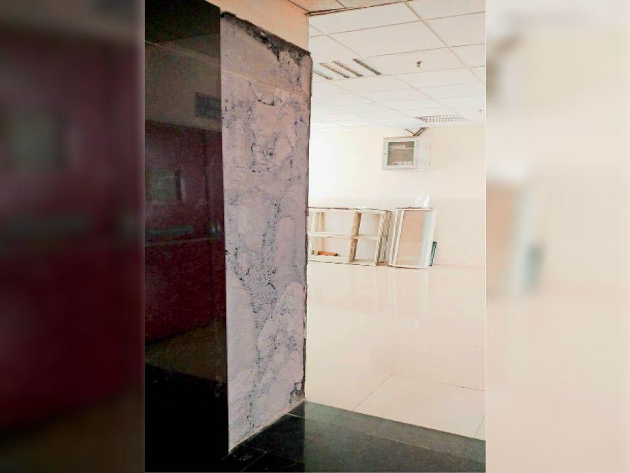पीजीआई की न्यू माेड्यूलर ओटी में दीवार से गिरी हुई टाइलें। - Dainik Bhaskar