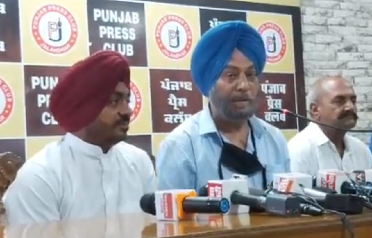 जालंधर के पंजाब प्रेस क्लब में पत्रकारों से बातचीत करते ओलंपियन सुरिंदर सिंह। - Dainik Bhaskar