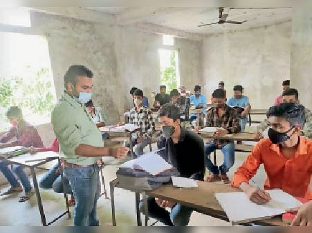 पहले दिन डीएस इंग्लिश बोर्डिंग स्कूल में पढ़ते छात्र। - Dainik Bhaskar