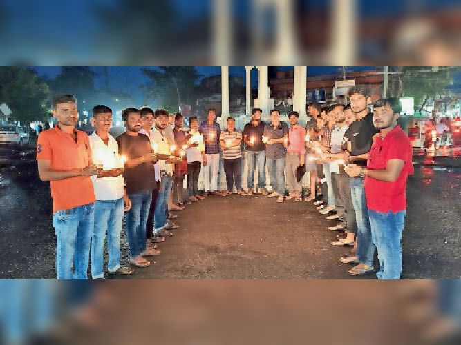 कैंडल जलाकर न्याय की मांग करते छात्र राजद के कार्यकर्ता। - Dainik Bhaskar
