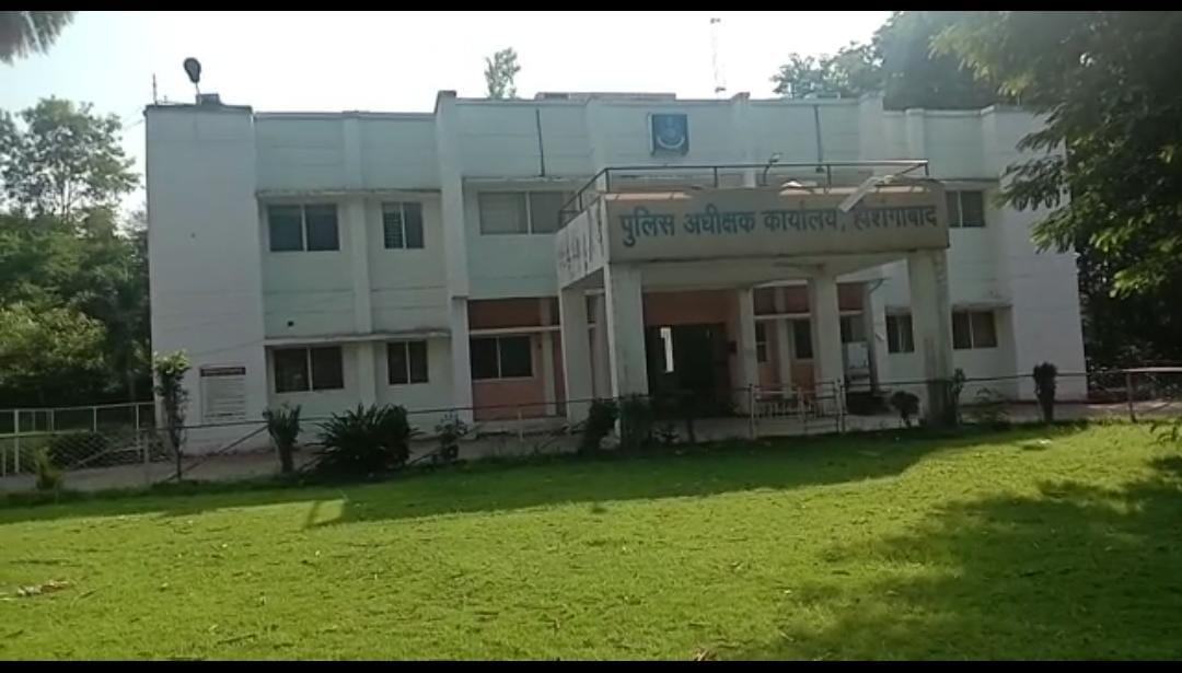पीड़ित महिला ने इटारसी थाने में शिकायत, रामपुर थाना प्रभारी ने झूठ बोलकर किया दैहिक शोषण, लाइन अटैच|होशंगाबाद,Hoshangabad - Dainik Bhaskar