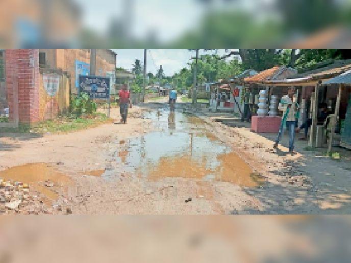 बलुआ स्थित एसएच 91 से निकलकर प्लस टू विद्यालय की ओर जाने वाली सड़क। - Dainik Bhaskar