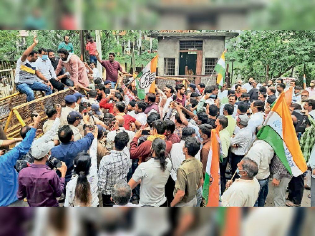 बिजली बिलाें में अनियमितताओं काे लेकर कांग्रेस ने किया जंगी प्रदर्शन। - Dainik Bhaskar